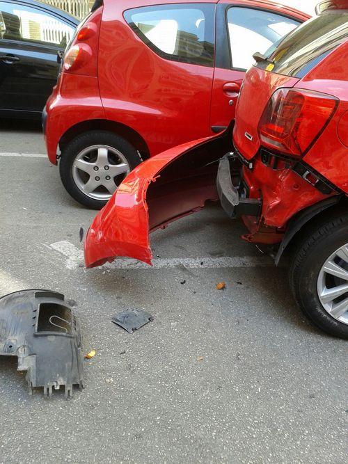 Un coche circula por dirección contraria en Oliva y choca contra 2 vehículos aparcados