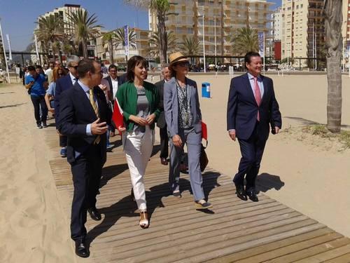 La Infanta Elena visita la playa de Gandia en una campaña para prevenir ahogamientos