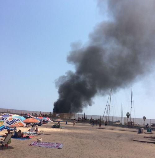 Incendio en una pequeña embarcación en el puerto de Oliva