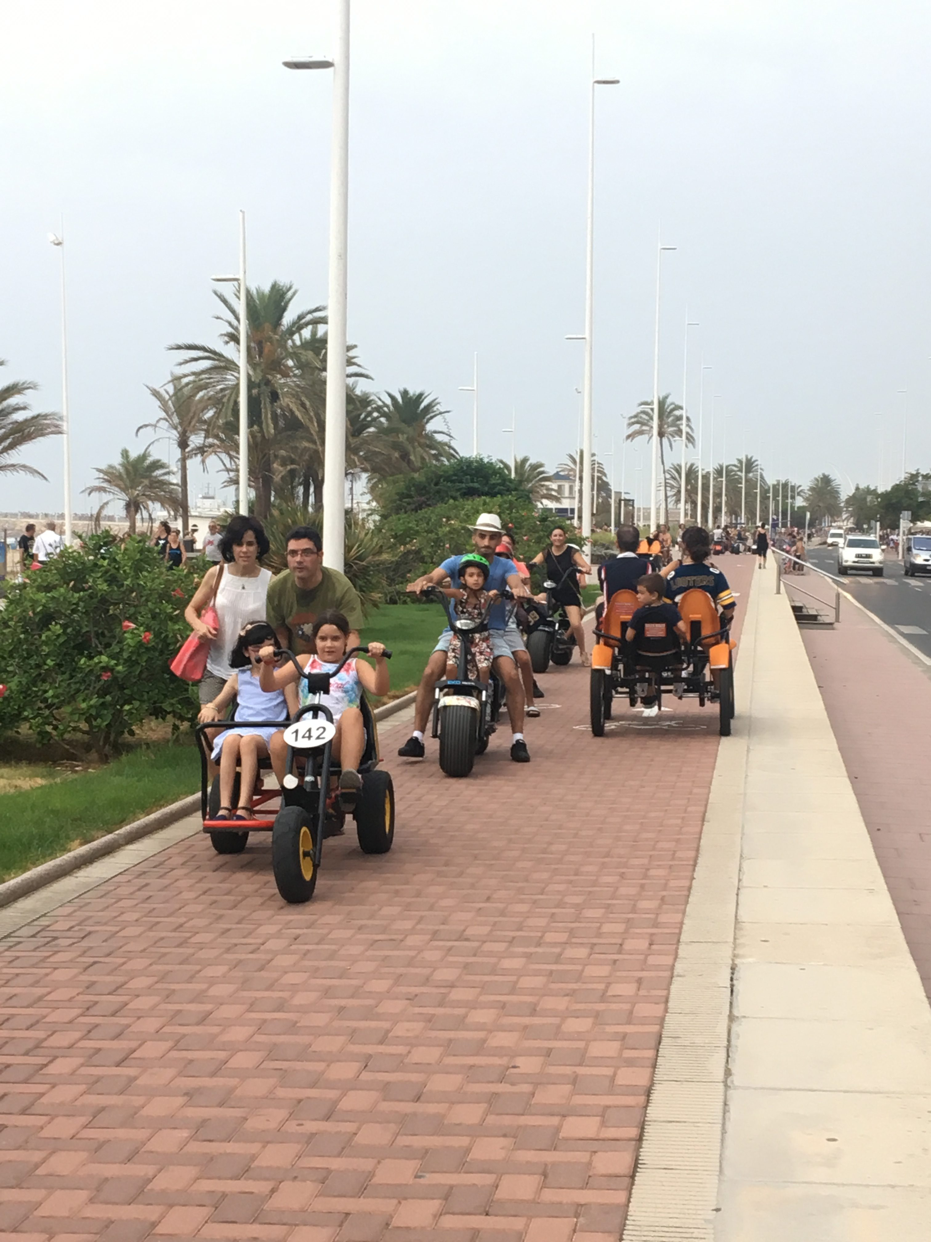 Gandia restringe el tráfico de patinetes y bicicletas en el carril bici de la fachada marítima