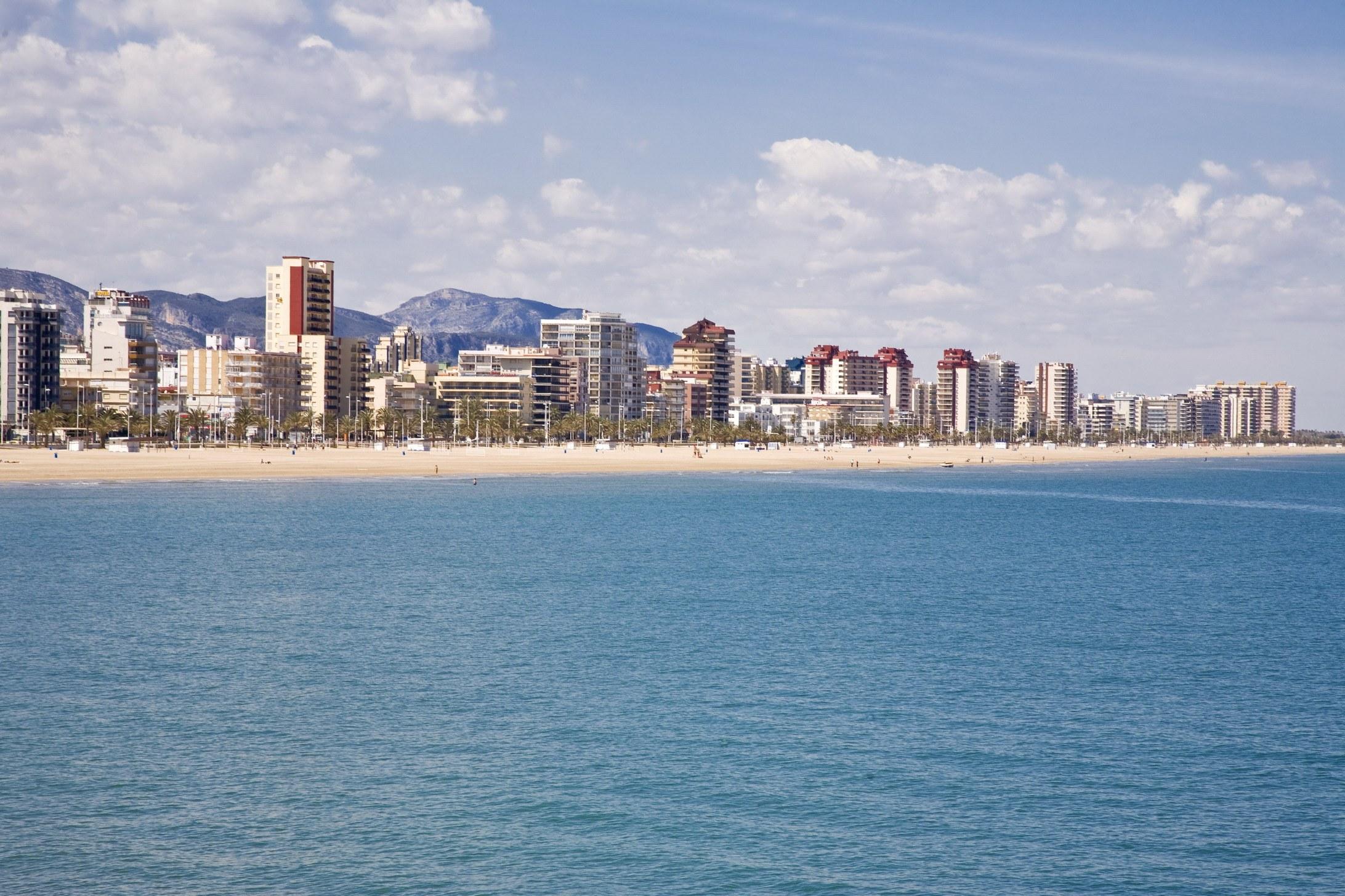 Un 40% de los apartamentos turísticos de la playa de Gandia son alquilados de forma fraudulenta