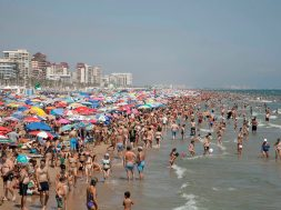 playa gandia, turistas, turismo, sombrillas
