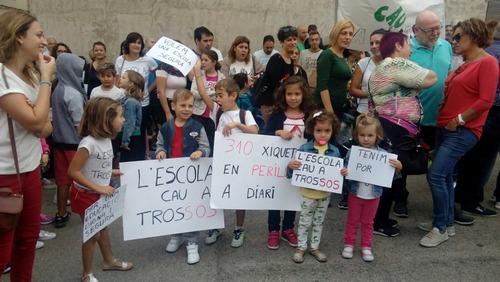 Sin clases en La Font d'En Carròs por una grieta en una viga que ha obligado a apuntalar y cerrar un aula