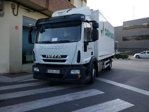 Roban dos camiones cargados con productos de alimentación en el polígono de Xeresa