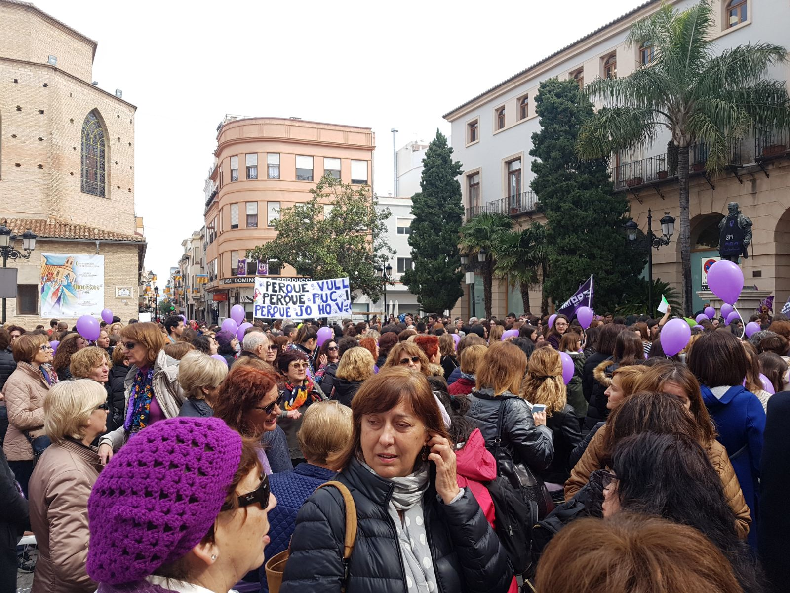 Centenares de mujeres alzan la voz en la plaza del Ayuntamiento de Gandia en favor de la igualdad real