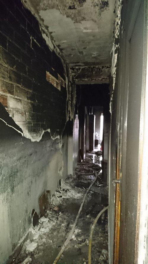 Un incendio destruye un piso en Xeraco y obliga a desalojar a todos los vecinos del edificio