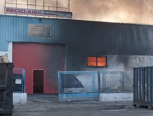 Incendio en una empresa de reciclaje y cartón del polígono Alcodar de Gandia