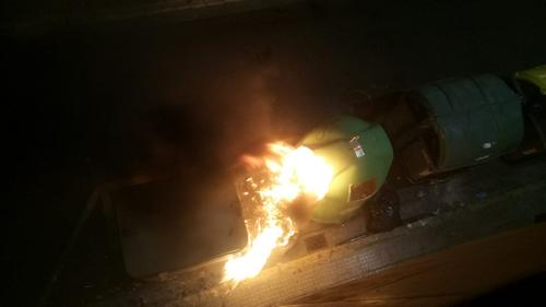 Arden dos contenedores en una calle del centro de la ciudad de Gandia