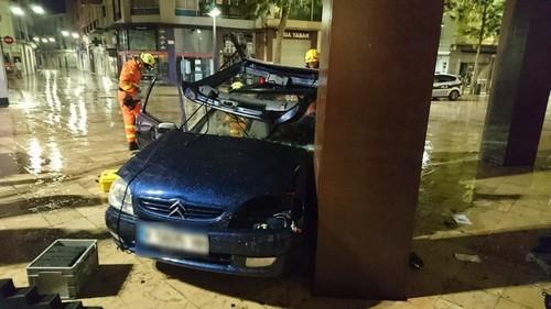 Un vehículo choca contra una escultura en el centro de Gandia