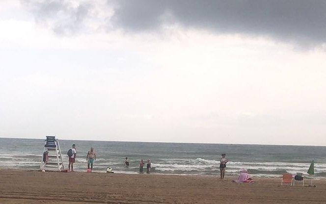 Dos heridos en la playa de Bellreguard por la caída de un rayo