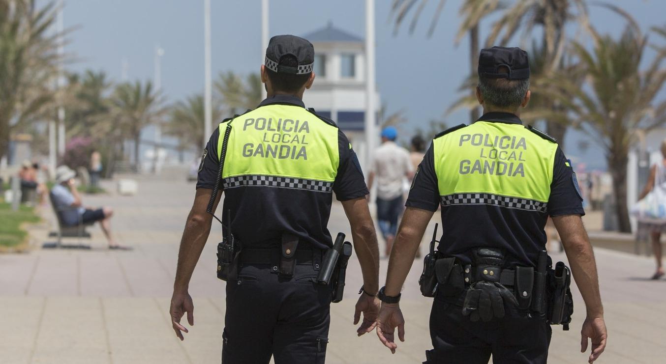 Gandia quiere regularizar el caos circulatorio de bicicletas, patinetes y carros en la playa